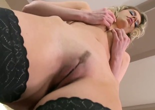 Blonde Marilyn Cole cant reside a day without dildoing her love space