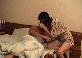 Rusita sorprendida en refrigerate cama por maduro